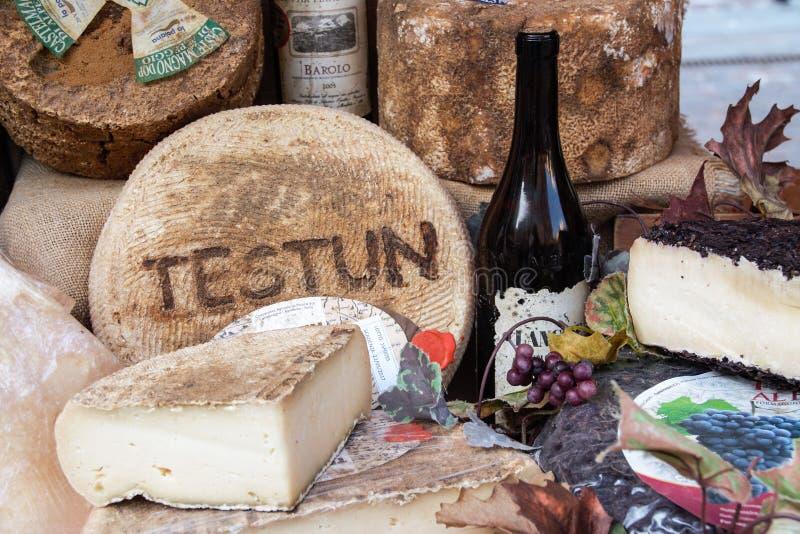 Formaggio e vino, prodotti tipici di Piedmonte, Italia fotografie stock