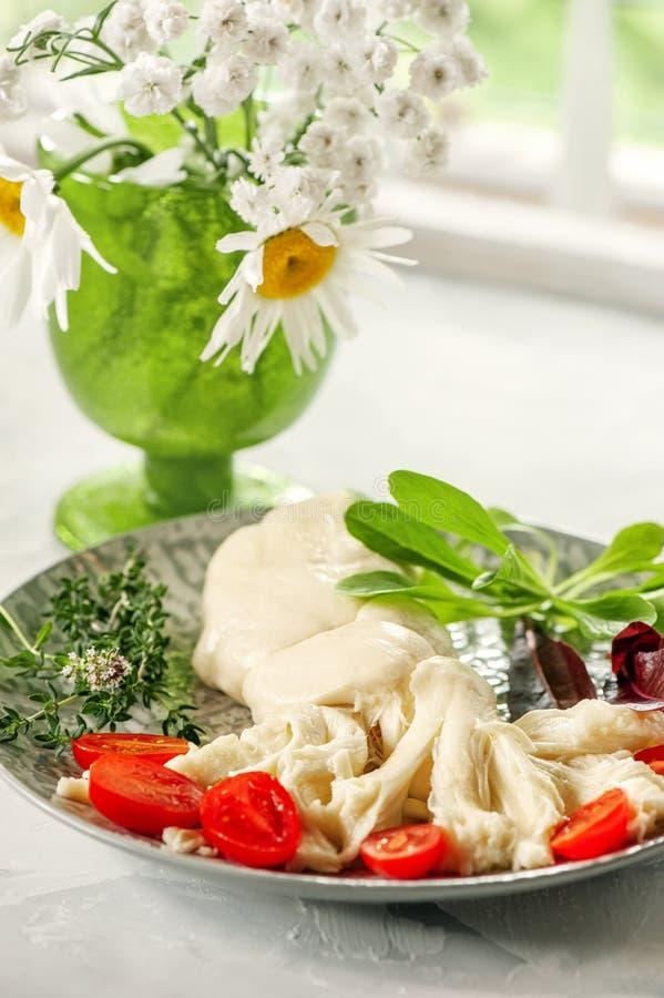 Formaggio fibroso bianco delicato Cecil dell'azienda agricola con la pera e l'uva spina Il formaggio dell'agricoltore russo Prodo immagine stock libera da diritti