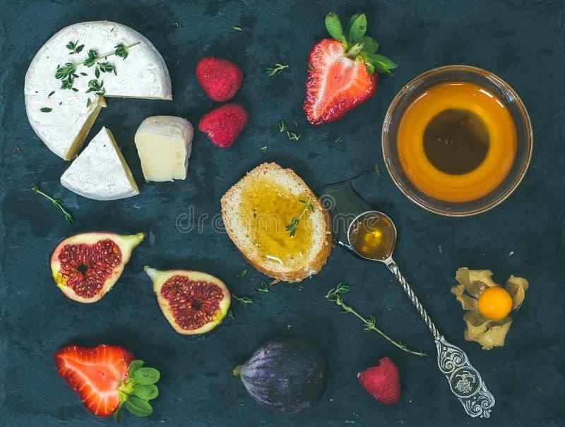Formaggio, fragole fresche, fichi, lamponi, ciliegia a terra, Th fotografia stock libera da diritti