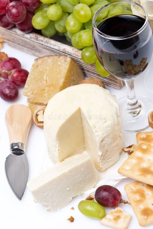 Formaggio fresco, cracker, uva e un bicchiere di vino, vista superiore fotografia stock