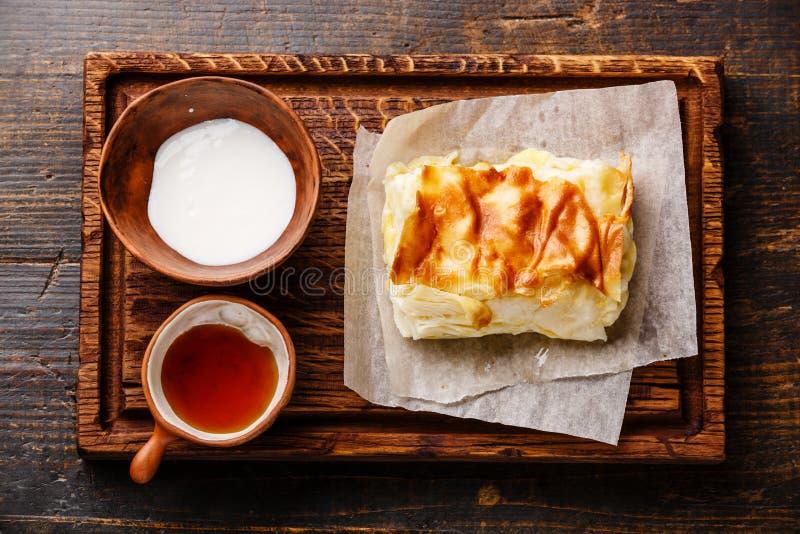 Formaggio georgiano tradizionale Achma con la salsa del yogurt immagine stock libera da diritti