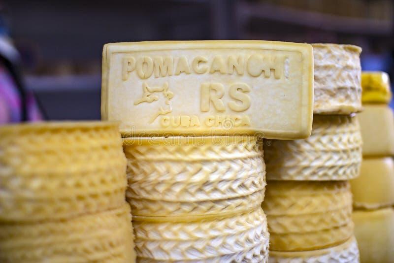 Formaggio a pasta dura artigianale di Pomacanchi del peruviano fotografia stock