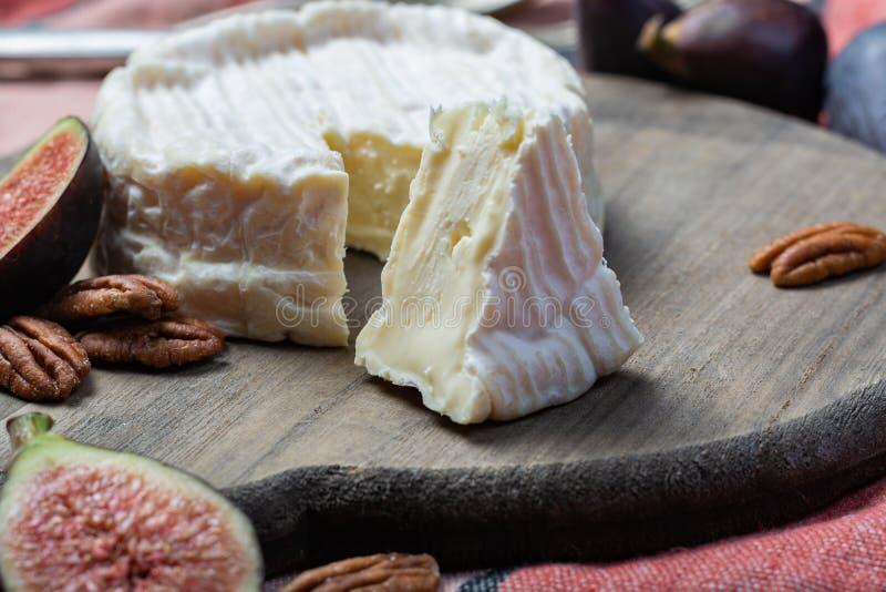Formaggio a pasta molle francese del camembert, fine originale di Camembert de Normandie su fotografie stock