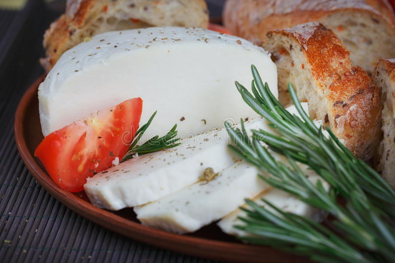 Formaggio, pomodori, erbe e pane immagini stock libere da diritti