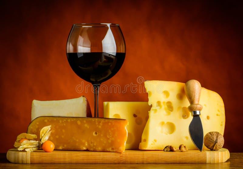 Formaggio svizzero dell'emmental e vino rosso immagine stock