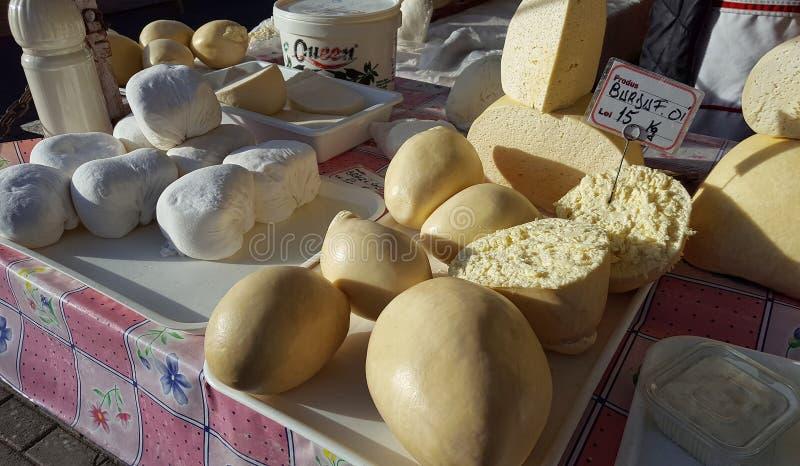 Formaggio tradizionale rumeno al mercato locale della città di Piatra Neamt fotografia stock libera da diritti