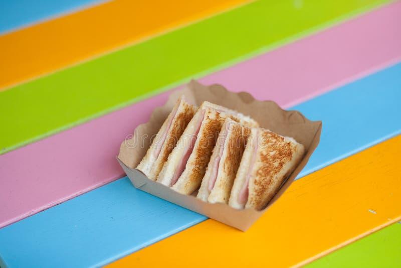 Formaggio triangolare del prosciutto dei panini del pane tostato del pane tostato sul taglio diagonale immagini stock