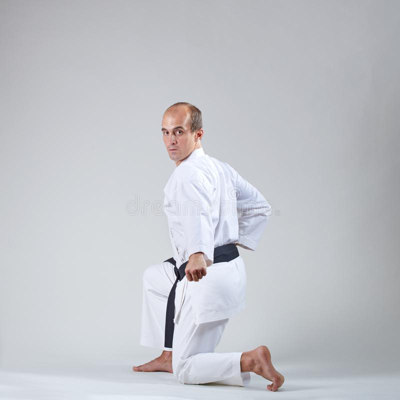 Formale Übungen von Karate werden vom erwachsenen Sportler ausgebildet lizenzfreie stockbilder