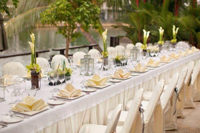 Formale Tabellen-Einstellung Gartenarttischschmuck im Freien lizenzfreies stockbild