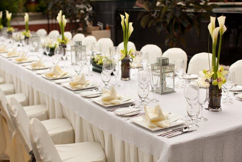 Formale Tabellen-Einstellung Gartenarttischschmuck im Freien