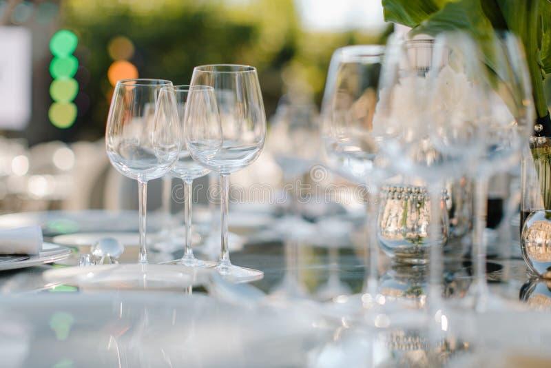 Formaler Abendessenservice an einem Hochzeitsbankett lizenzfreie stockbilder