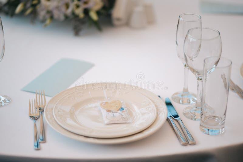 Formaler Abendessenservice wie an einem Hochzeitsbankett lizenzfreie stockfotografie