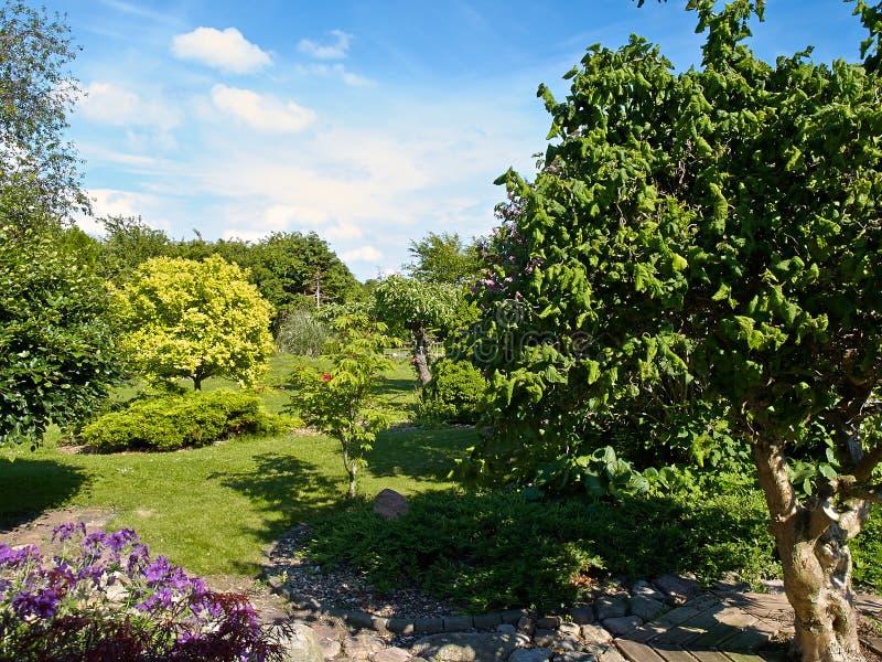 Formaler Garten der attraktiven englischen Art lizenzfreie stockfotografie