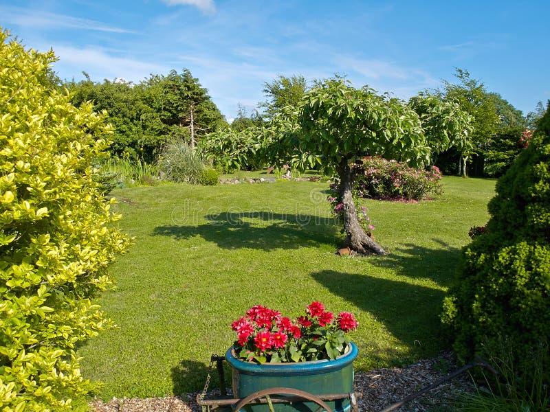 Formaler Garten der attraktiven englischen Art stockfoto