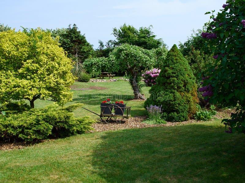 Formaler Garten der attraktiven englischen Art lizenzfreie stockbilder