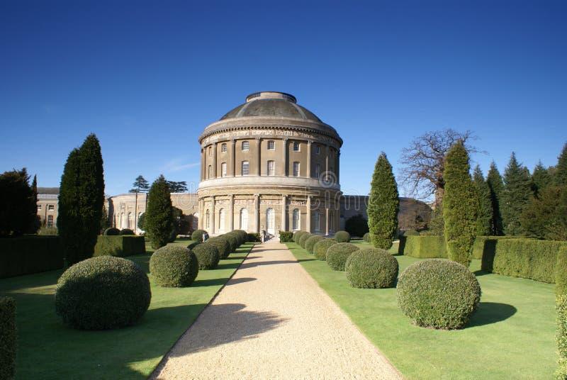 Formaler Garten des alten englischen prächtigen Hauses lizenzfreies stockbild