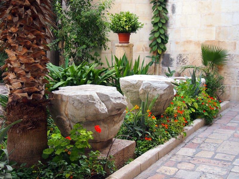 Formaler Garten in gepflastertem Hof lizenzfreie stockbilder