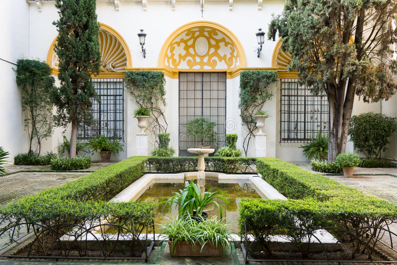 Formaler Garten mit Brunnen lizenzfreie stockfotografie