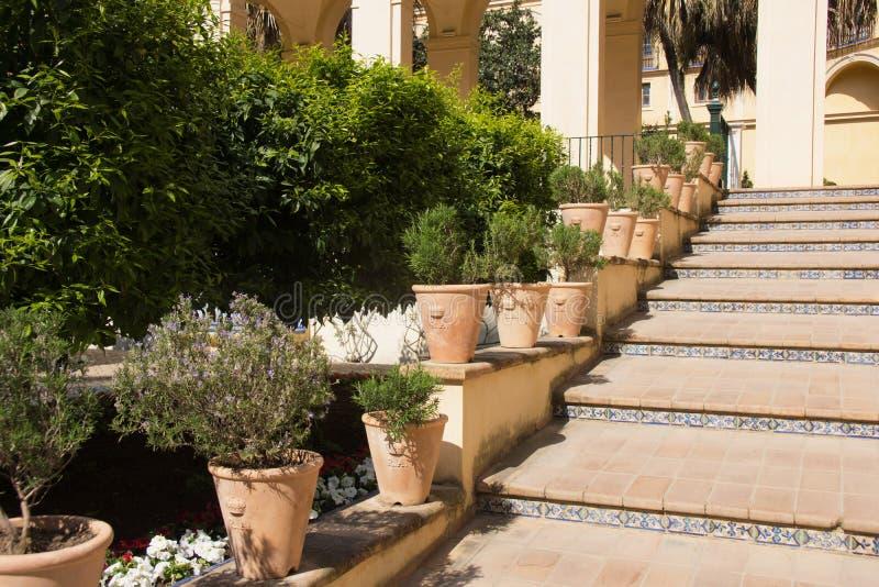 Formaler Garten mit Brunnen lizenzfreie stockbilder