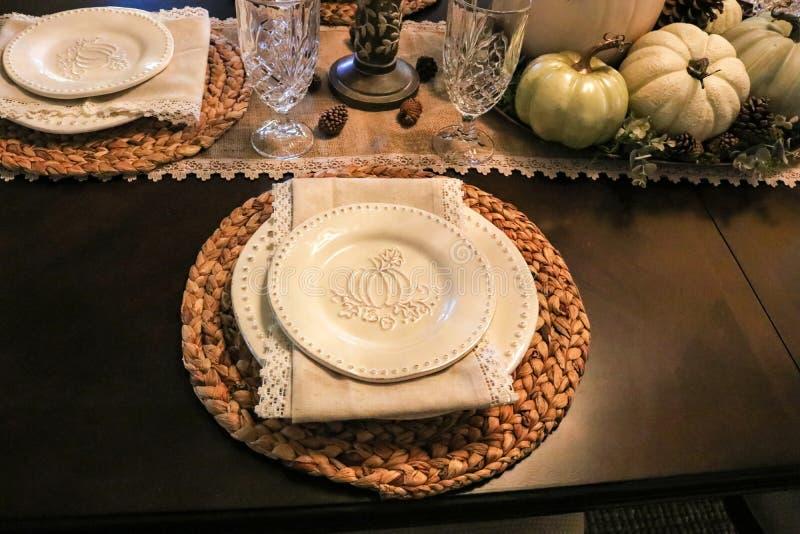 Formales Gedeck der Danksagung mit Kürbis prägte Teller und Läufer der natürlichen Faser und Servietten und gesponnene Sets stockfotos