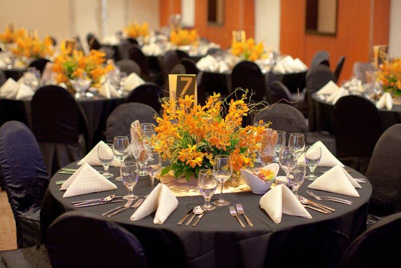 Formales Gedeck mit Blumendekoration stockfotos