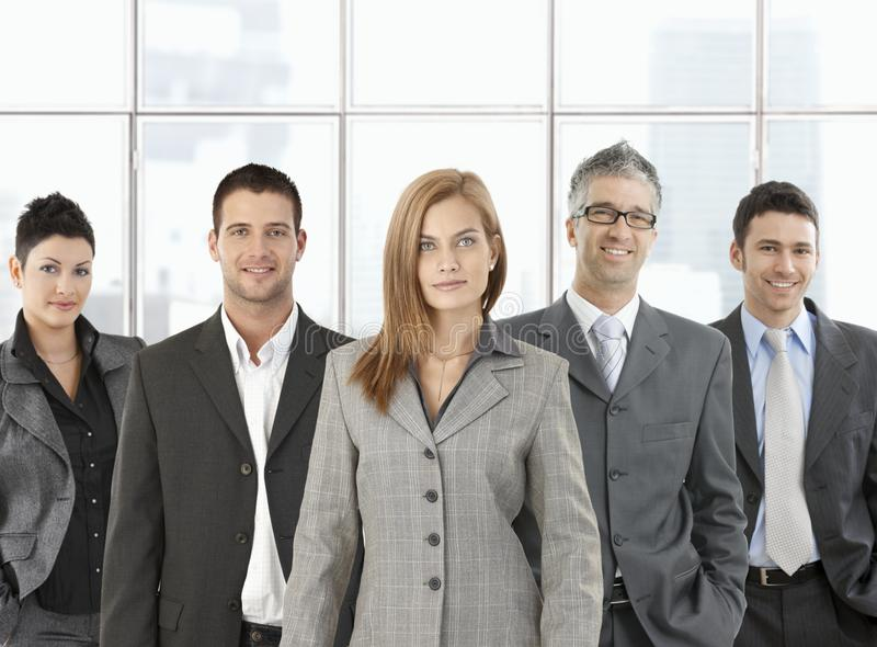 Formales Portrait des glücklichen Teams lizenzfreie stockfotos