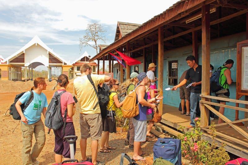 Formaliteiten bij Grens Kambodja - Laos stock afbeeldingen