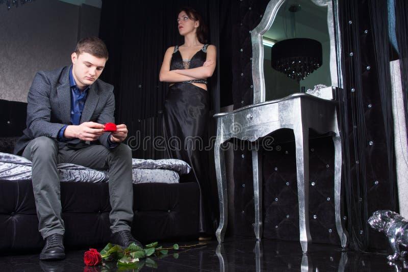 Formalna para Ma argument z różami na ziemi zdjęcie royalty free