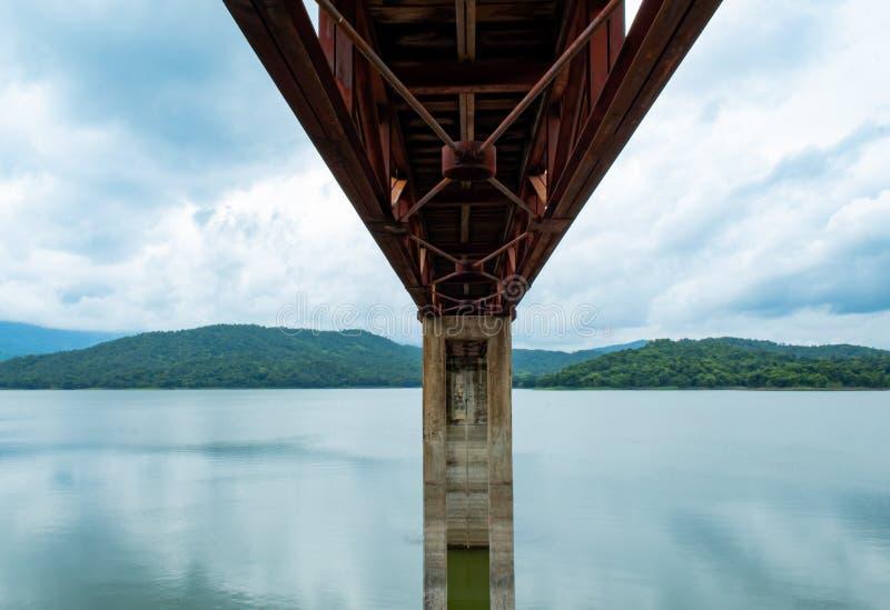 Formalnie stali mosta przejścia rezerwuar zdjęcie royalty free