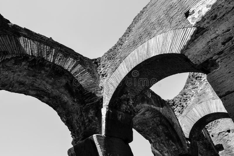 Formalnie szczegół i architektoniczny projekt łuki od Antycznego Rzym w czarny i biały fotografia royalty free