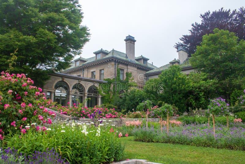 Formalny ogród na zewnątrz dworu przy Harkness stanu Pamiątkowym parkiem w Waterford, Connecticut obrazy stock