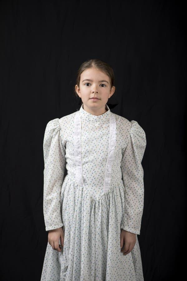 Formalny, prosty na portrecie mała dziewczynka w rocznik odzieży zdjęcia royalty free