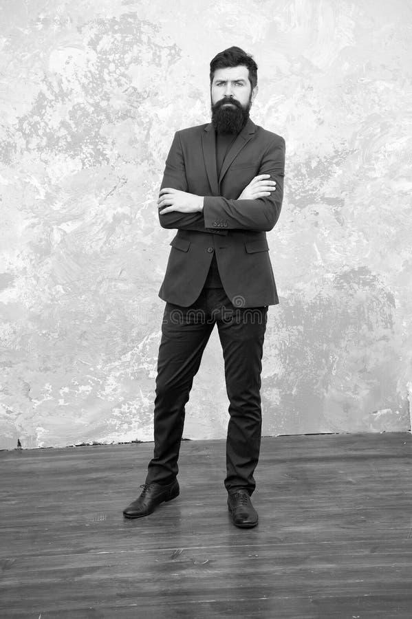 Formalny str?j Bierze dobr? opiek? kostium Elegancy i samiec styl Biznesmena lub gospodarza modnego stroju popielaty t?o zdjęcie stock