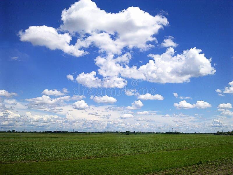 Formas bonitas das nuvens foto de stock