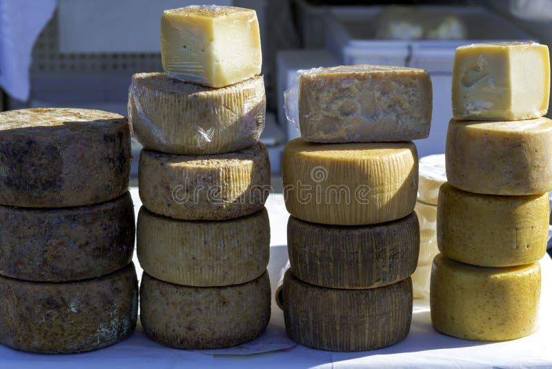 Formas de queso del pecorino dispuestas en venta foto de archivo libre de regalías