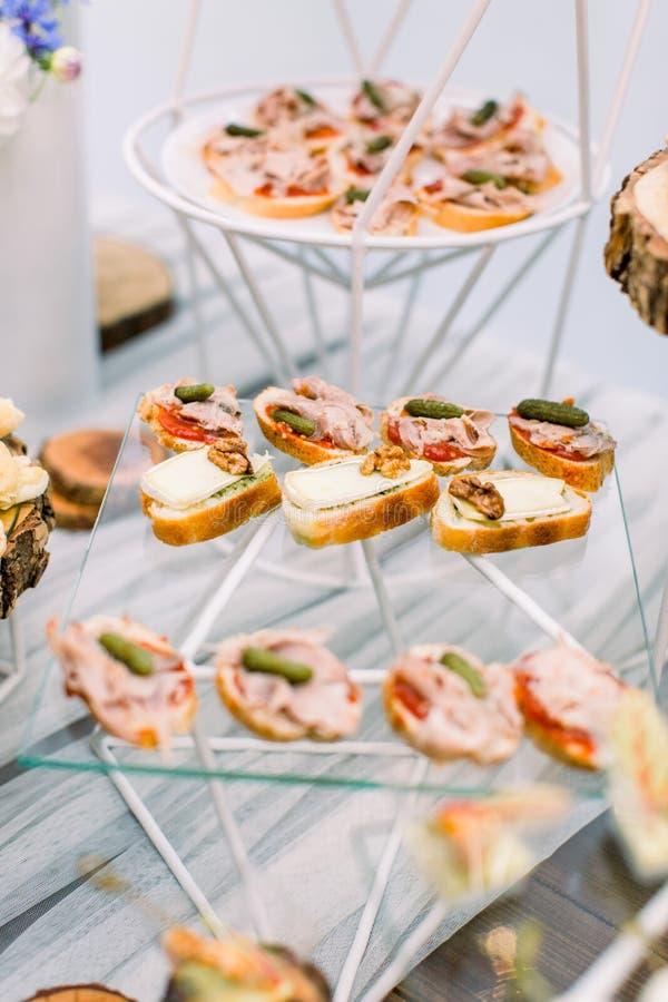 Formas deliciosas como prato de casamento Catering - mesa servida com vários aperitivos, macacos e aperitivos Seletivo fotografia de stock royalty free