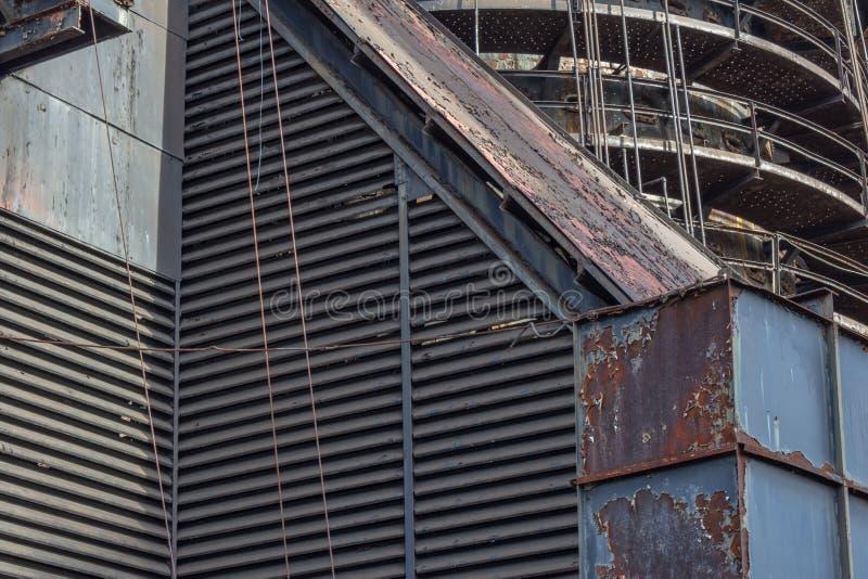 Formas e texturas industriais, respiradouros louvered e passarelas circulares fotografia de stock