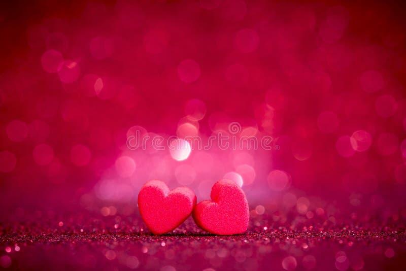 Formas rojas del corazón en fondo ligero abstracto del brillo en el amor co imagen de archivo