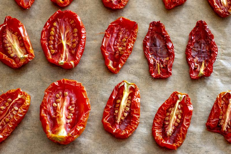 Formas secadas al sol o secadas de las opiniones superiores de las mitades del tomate diversas foto de archivo libre de regalías