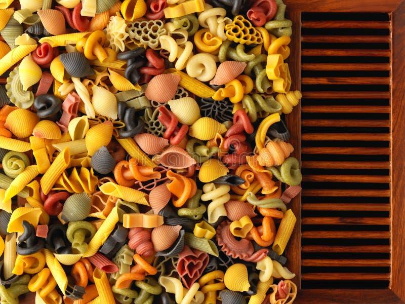 Formas secadas de las pastas en los listones de madera imágenes de archivo libres de regalías