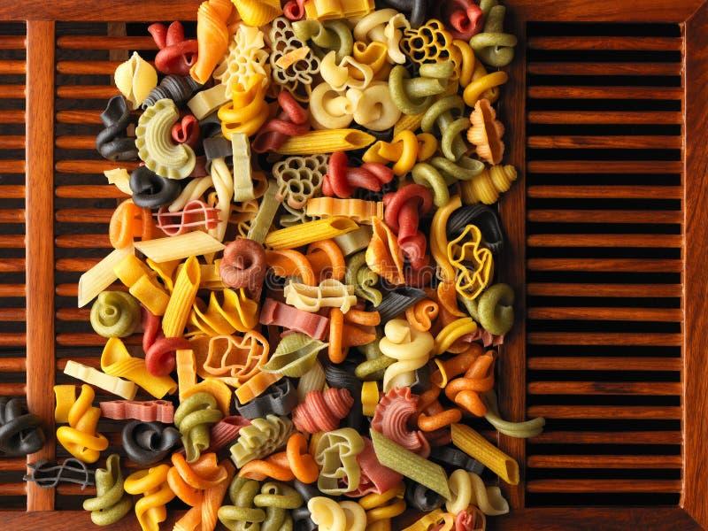 Formas secadas de las pastas en los listones de madera foto de archivo