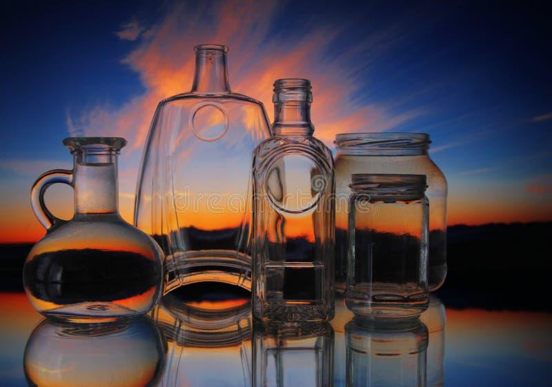 Formas transparentes vacías de las botellas de cristal fotografía de archivo