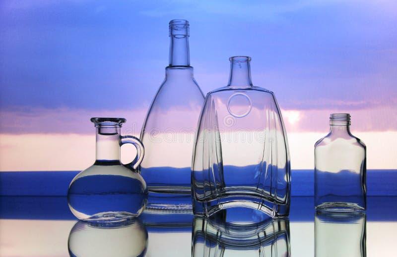 Formas transparentes vacías de las botellas de cristal imagenes de archivo