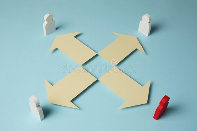 Formas y flechas en fondo azul Metas, tendencia y movimiento de negocio al ?xito imágenes de archivo libres de regalías