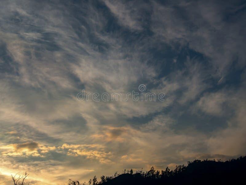Formation étonnante de cirrus au coucher du soleil image libre de droits