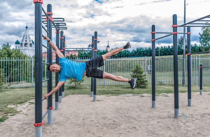 Formation au sol masculine de muscle abdominal de sports de ville d'été d'athlète de sports de jeune type, drapeau d'exercice, fo image stock