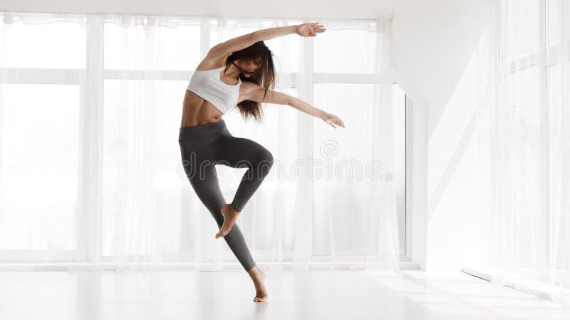 Formation Contemp de fille dans le studio de danse moderne Copiez l'espace photo libre de droits