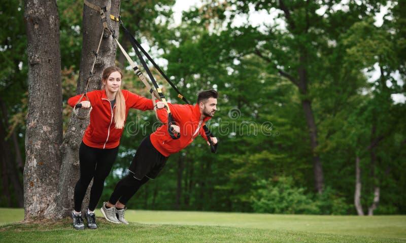 Formation d'homme et de femme de sport en parc photos libres de droits