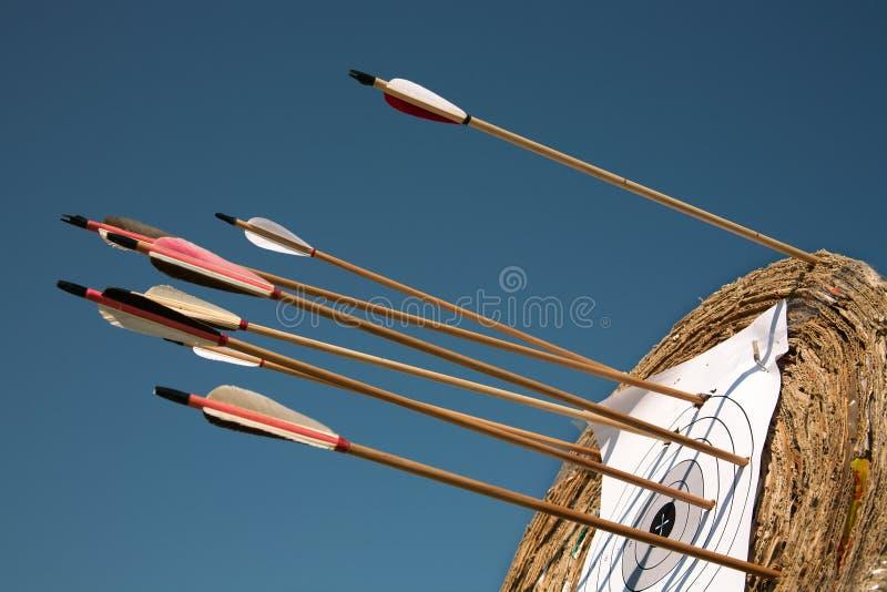 Formation dans le tir à l'arc sur l'air ouvert. image libre de droits