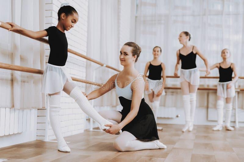 Formation de ballet du groupe de filles avec le professeur photographie stock libre de droits